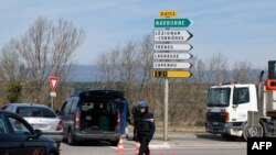 Les gendarmes bloquent l'accès à Trebes, où un homme a pris des otages dans un supermarché à Trebes, dans le sud-ouest de la France, le 23 mars 2018.