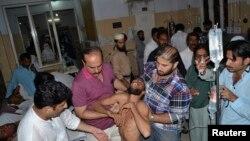 Seorang pendukung Imran Khan, pemimpin partai Tehreek-e-Insaf Pakistan (PTI) membawa seorang yang terluka karena terinjak-injak ke rumah sakit di Multan, Pakistan tengah. Sedikitnya tujuh orang dilaporkan tewas dan 40 orang terluka usai menghadiri rapat umum partai tersebut, Jumat (10/10).