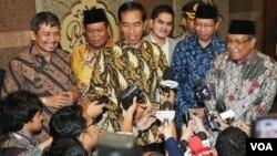 Hồi bắt đầu năm nay, Tổng thống Indonesia Joko Widodo (giữa) đã cắt các khoản trợ giá dầu do chính phủ tài trợ từ lâu nay.