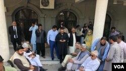 مسلم لیگ ن کے رہنما خواجہ آصف، پرویز رشید سمیت دیگر عدالت کے باہر موجود ہیں۔
