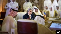 3일 카타르를 방문한 존 케리 미국 국무장관(가운데)이 도하에서 걸프협력위원회 외무장관들과 회담을 가지고 있다.