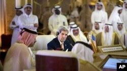 Ngoại trưởng Mỹ John Kerry trong cuộc họp với các vị bộ trưởng ngoại giao của Hội đồng Hợp tác vùng Vịnh ở Doha, Qatar, ngày 3/8/2015.
