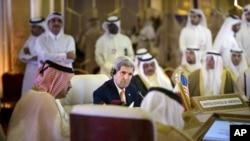រដ្ឋមន្រ្តីការបរទេសអាមេរិក John Kerry ស្តាប់ក្រុមរដ្ឋមន្រ្តីការបរទេសនៃក្រុមប្រទេសប្រឹក្សាសហប្រតិបត្តិការឈូងសមុទ្រពែកស៍ នៅក្នុងទីក្រុង Doha ប្រទេសកាតា កាលពីថ្ងៃទី៣ ខែសីហា ឆ្នាំ២០១៥។