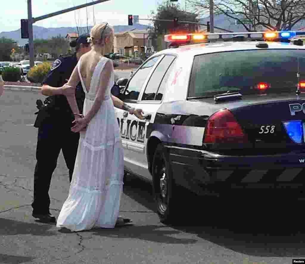 Seorang polisi menahan seorang mempelai perempuan yang mengemudi mobil sambil mabuk pada hari pernikahannya, setelah merespon laporan terjadinya kecelakaan di Marana, Arizona.