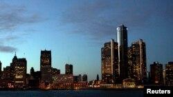 Trụ sở chính của hãng xe GM (tòa nhà cao nhất bên phải), trong thành phố Detroit, Michigan