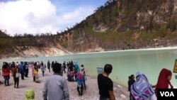 Wisatawan domestik dan mancanegara memenuhi Kawah Putih, Ciwidey, Kabupaten Bandung Barat, Jawa Barat. (VOA/Rio Tuasikal)