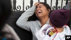 Manm fanmi youn nan jennfi ki mouri Azil La Sent Vyèj de l'Asoumsyon. Madanm sa a tap kriye pandan li tap tann piblikasyon non tout jenn ki mouri nan dife ki pran nan azil la, tou pre Vil Guatemala. (Foto: AP/Moises Castillo. Jedi 9 mas 2017).