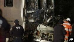 Hitne službe tokom uviđaja na mestu sudara voza i automobila u okolini Njujorka