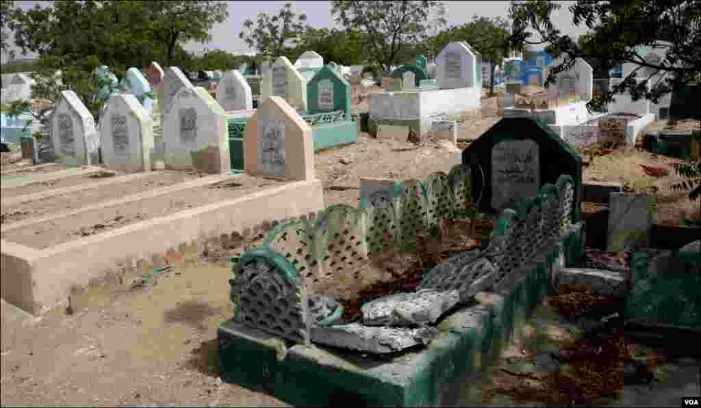 نیو کراچی کے قبرستان کا ایک منظر۔ جہاں کچھ قبریں بہت سادہ تو کچھ ٹوٹی پھوٹی ہیں