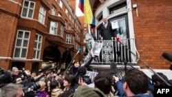 Le fondateur de WikiLeaks Julian Assange répond aux médias et à ses supporters depuis le balcon de l'ambassade de l'Équateur dans le centre de Londres, le 5 février 2016.