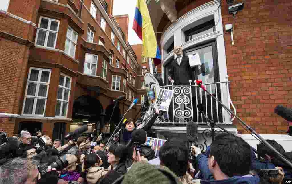 Pendiri WikiLeaks Julian Assange (tengah) berbicara kepada media dan pendukungnya dari balkon kedutaan besar Ekuador di tengah kota London. Dalam sebuah laporan yang dirilis hari Jumat (5/2), panel PBB mendapati Assange ditahan 'sewenang-wenang'.