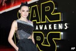 "ARSIP – Daisy Ridley berpose untuk para fotografer setelah tiba di penayangan film perdana di Eropa ""Star Wars: The Force Awakens"" di London, 16 Desember 2015"
