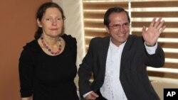 Christine Assange y el ministro de Relaciones Exteriores de Ecuador, Ricardo Patiño, en su encuentro de este lunes.