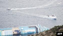 Tàu du lịch Costa Concordia nằm nghiêng một bên sau khi bị mắc cạn
