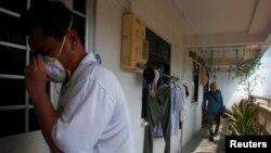 29일 싱가포르에서 지카 바이러스 현지 감염 사례가 발표된 직후 방역당국 관계자들이 주요 주거지역 일대에서 소독작업을 진행하고 있다.