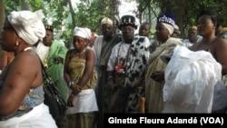 Femmes animistes lors d'une cérémonie dans la forêt sacrée, le 2 janvier 2020. ( VOA/Ginette Fleure Adande)