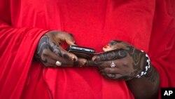 Une femme regarde son téléphone, dans la localité de Daura dans le nord du Nigeria, le 28 mars 2015. (Photo: Ben Curtis/AP)