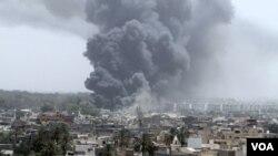 Serangan udara NATO di kompleks tinggal Gaddafi di Bab al-Aziziya, di ibukota Tripoli (18/6). NATO mengakui terjadi salah tembak sasaran pemberontak dalam serangan udaranya.