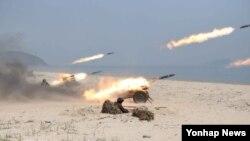 지난 4월 24일 북한 관영 조선중앙통신이 정확한 촬영날짜 없이 보도한 제851군부대 산하 여성 방사포부대의 포사격 훈련 장면. (자료사진)