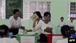 Các nhân viên kiểm phiếu tại một trạm bầu cử ở Miến Điện, 7/11/2010