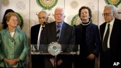 De izquierda a derecha, el enviado de la Liga Árabe, Lakhdar Brahimi, el expresidente Irlanda Mary Robinson, expresidente Jimmy Carter, exsecretario General de la Liga, Nabil Elaraby y ex primero ministro de Noruega Gro Harlem Bundtland, en Egypto, desde donde se apoyó la tregua en Siria.
