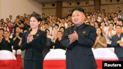 지난 7월 9일 북한 모란봉악단 공연을 관람한 김정은 국방위 제1위원장(오른쪽)과 부인 리설주.