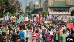 大約1萬多人參加了台北的反核抗議活動。(美國之音方正拍攝)