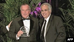 芝加哥市长戴利(左)荣获纪伯伦奖
