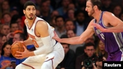 Enes Kanter (kiri) bermain untuk klub New York Knicks.