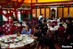 北京全聚德烤鸭店的食客们。(2020年8月18日)