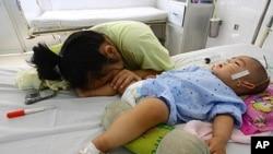 Bé trai 9 tháng tuổi Đào Xuân T nhiễm bệnh tay chân miệng nằm trong bệnh viện ở tỉnh Đồng Nai