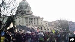 ສະມາຊິກຂະບວນການ Occupy ທໍາການປະທ້ວງຢູ່ນອກຕຶກລັດຖະສະພາສະຫະລັດ ໃນນະຄອນຫລວງວໍຊິງຕັນ, ວັນທີ 17 ມັງກອນ 2012