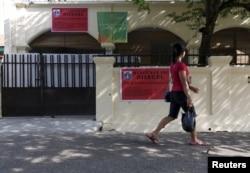 Seorang perempuan berjalan melewati masjid milik kelompok Ahmadiyah yang disegel oleh pihak berwenang di Jakarta Selatan, 9 Juli 2015. (Foto: Reuters)