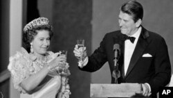 رونالد ریگان، رئیس جمهوری وقت آمریکا و ملکه الیزابت در مراسم شام رسمی در گلدن گیت پارک - سانفرانسیسکو . مارس۱۹۸۳