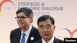 Menteri Keuangan AS Jack Lew (kiri) dan Wakil Perdana Menteri China Wang Yang tiba di Dialog Strategis dan Ekonomi (S&ED) di Washington, D.C. (23/6). (Reuters/Yuri Gripas)