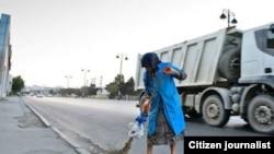 Yolda təmizlik işləri aparan qadını avtobus vurub