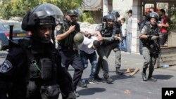 دستگیری یک فلسطینی توسط پلیس اسرائیل در درگیری روز جمعه ۳۰ تیر