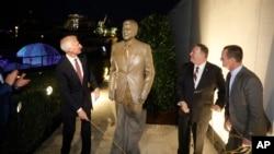 از راست: ریچارد گرنل سفیر آمریکا در آلمان، مایک پمپئو وزیر خارجه آمریکا به همراه فرد رایان، رئیس هیات مدیره بنیاد ریگان