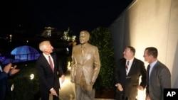 美国国务卿蓬佩奥参加在美国驻柏林大使馆举行的里根像揭幕仪式。(2019年11月7日)