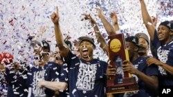 Jugadores de la Universidad de Connecticut celebran el título logrado en Dallas, al derrotar a Kentucky en la final del baloncesto universitario estadounidense.