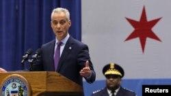 El alcalde Rahm Emanuel durante el anuncio de su plan para combatir la renovada ola de violencia en Chicago. Al fondo el superintendente de policía Eddie Johnson.
