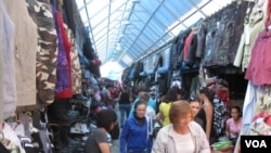 俄罗斯东西伯利亚雅库特市的一家中国商贩较集中的市场,一些中国人在当地已定居多年。(美国之音白桦拍摄)