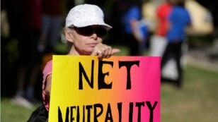 FILE - Lori Erlendsson attends a pro-net neutrality Internet activist rally in the neighborhood where President Barack Obama attended a fundraiser in Los Angeles, California July 23, 2014.  REUTERS/Jonathan Alcorn  (UNITED STATES - Tags: CIVIL UNREST POLI