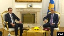 Aljbin Kurti i Hašim Tači tokom današnjeg susreta u kancelariji predsednika Kosova (Foto: VOA)