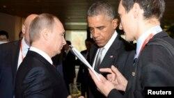 11일 바락 오바마 미국 대통령(가운데)이 중국 베이징에서 열린 아시아태평양 경제협력체(APEC) 정상회의에서 블라디미르 푸틴 러시아 대통령(왼쪽)과 대화하고 있따.