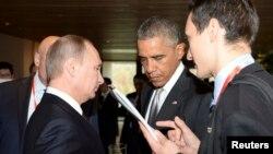 Presiden AS Barack Obama dan Presiden Rusia Vladimir Putin dalam KTT APEC di Beijing, 2014.