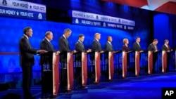 Các ứng viên tổng thống của đảng Cộng hòa. Từ trái: Ông John Kasich, Mike Huckabee, Jeb Bush, Marco Rubio, Donald Trump, Ben Carson, Carly Fiorina, Ted Cruz, Chris Christie, và Rand Paul trong cuộc tranh luận tại Colorado, ngày 28/10/2015.