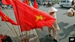 Tư liệu - Cờ đỏ sao vàng được bày bán ở Việt Nam.
