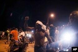 Warga berunjuk rasa di dekat istana presiden saat para tentara menahan Presiden Interim Michel Kafando dan PM Isaac Zida di Ouagadougou, Burkina Faso (16/9)