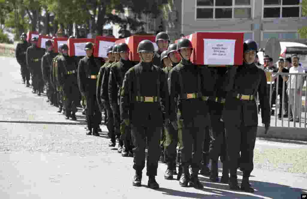 تشییع جنازه۱۳ افسر ارتش ترکیه که جان خود را در سقوط حلی کوپتر از دست دادند.
